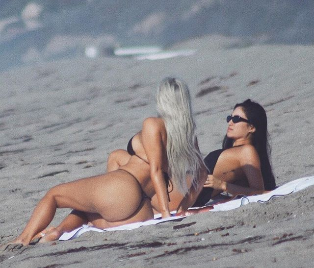 Какие формы: Ким Кардашьян поделилась фото в крошечном бикини