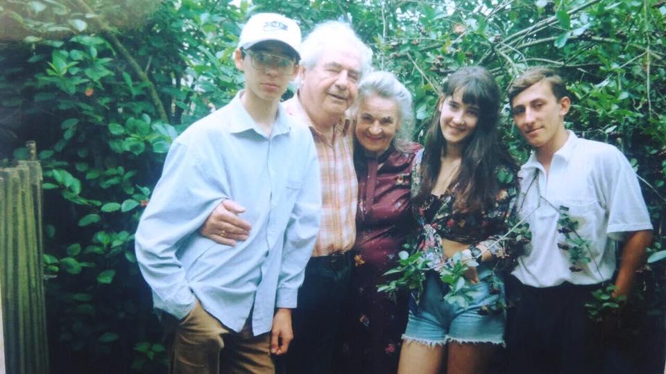 Старі фотографії: Соломия Витвицкая поделилась архивными снимками с дества