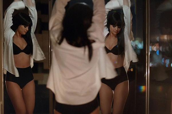 Страстные поцелуи и откровенные сцены: Селена Гомес снялась в сексуальном видео