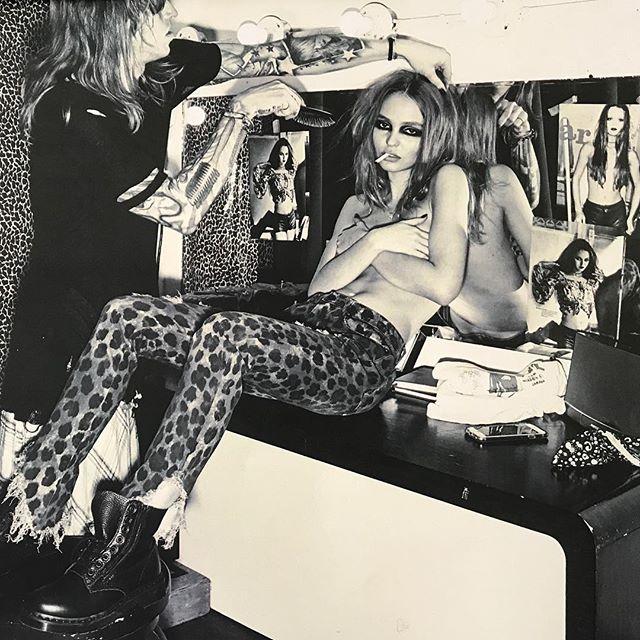 В леопардовых лосинах, топлес и с сигаретой: дерзкий образ 18-летней Лили-Роуз Депп