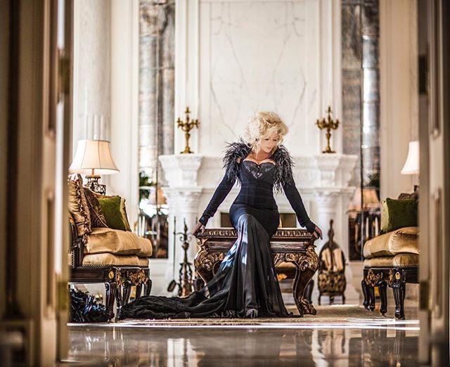 Королева роскоши: Ирина Билык блистает в изысканном наряде с перьями
