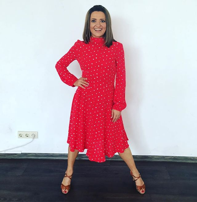 Яркая осень: Наталья Могилевская блистает в красном платье в горох