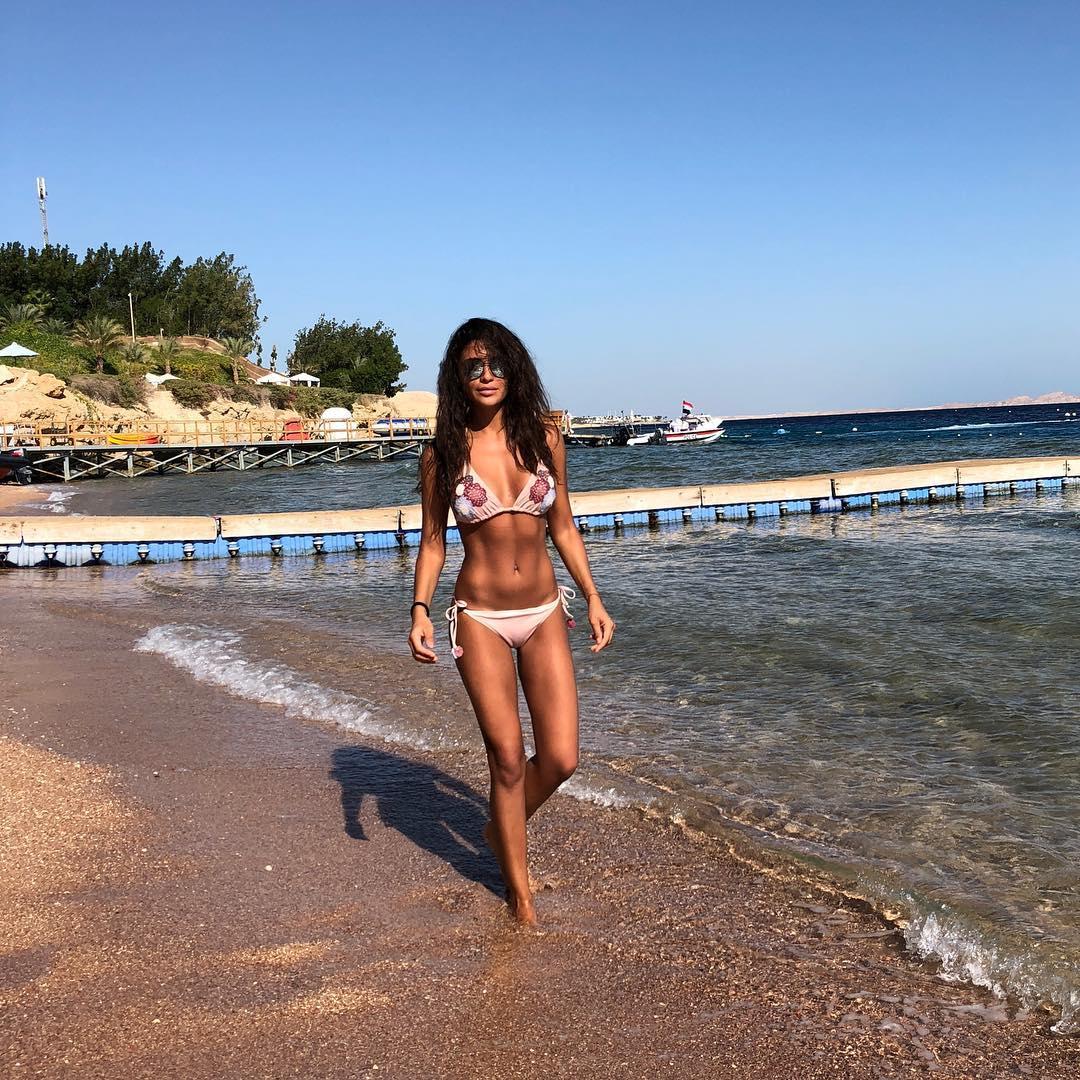 Пресс, подтянутая попа и длинные ноги: Санта Димопулос отдыхает в Египте