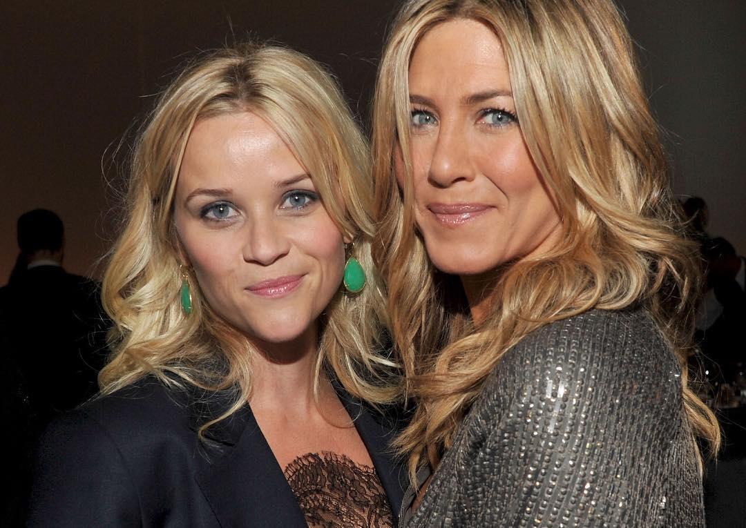 Две главные блондинки Голливуда: Риз Уизерспун и Дженнифер Энистон позирует вместе