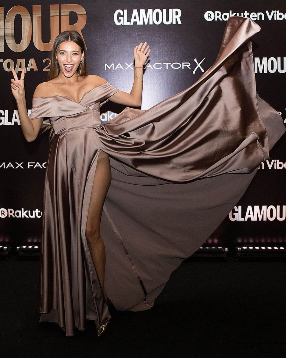 Регина Тодоренко появилась на публике в платье с высоким разрезом и без нижнего белья