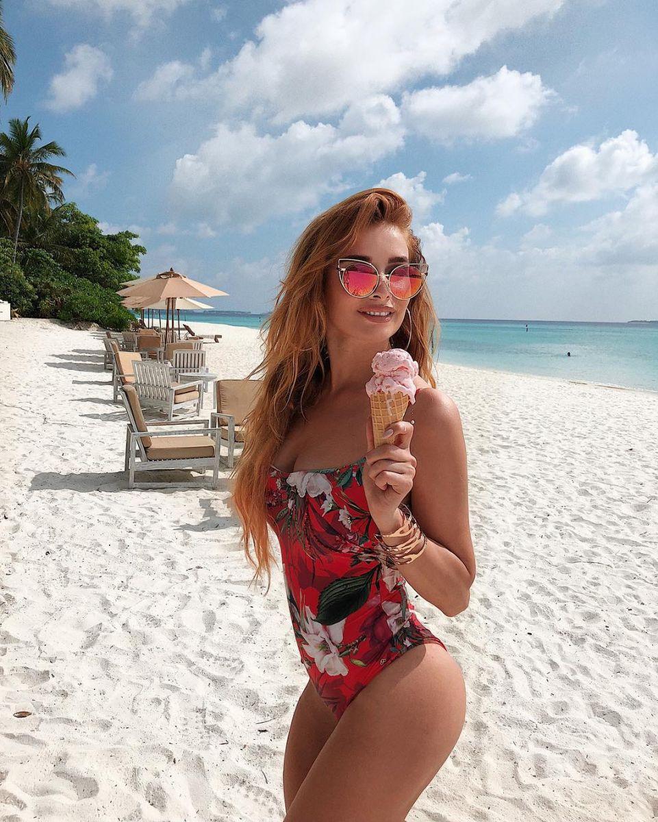 """Экс-""""ВИА Гра"""" Татьяна Котова взорвала сеть пляжными снимками в бикини"""