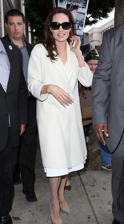 Анджелина Джоли вышла в свет в элегантном белом пальто