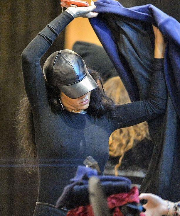 Рианна появилась на публике в прозрачном топе