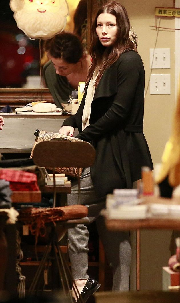 Джессика Бил покупает игрушки для будущего малыша