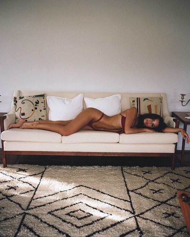 Эмили Ратаковски показала идеальное тело в леопардовом бикини
