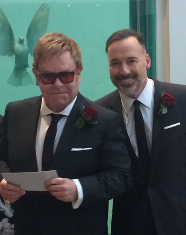 Элтон Джон женился