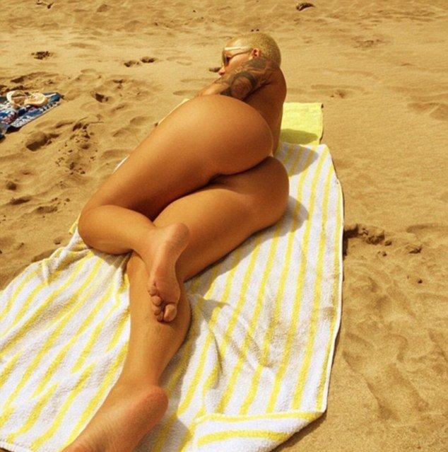 Эмбер Роуз загорает на пляже топлес