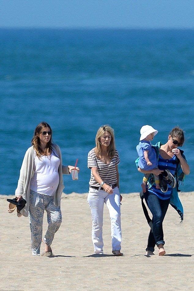 Беременная Джессика Бил показала округлившуюся фигуру на пляже