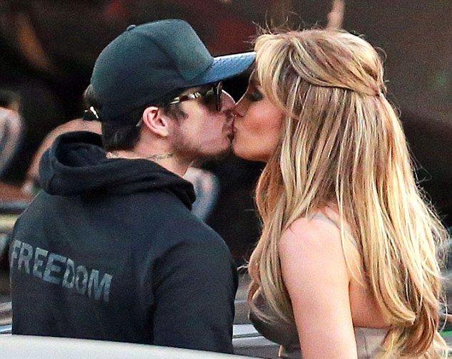 Дженнифер Лопес поцеловалась на публике с экс-бойфрендом Каспером Смартом