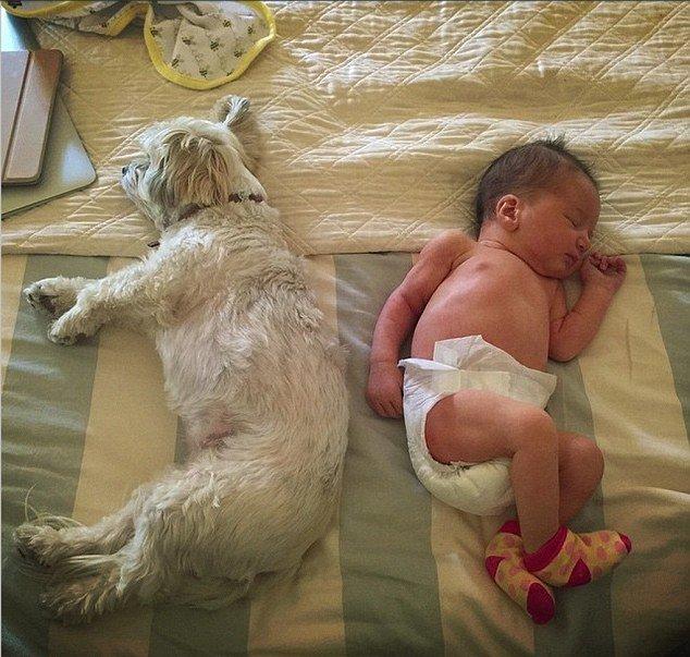 Милла Йовович показала трогательные фото новорожденной дочери