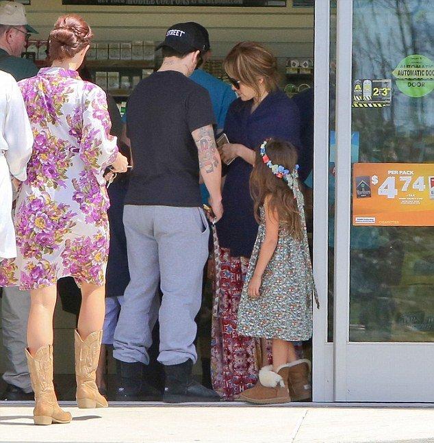 Дженнифер Лопес и Каспер Смарт гуляют с детьми