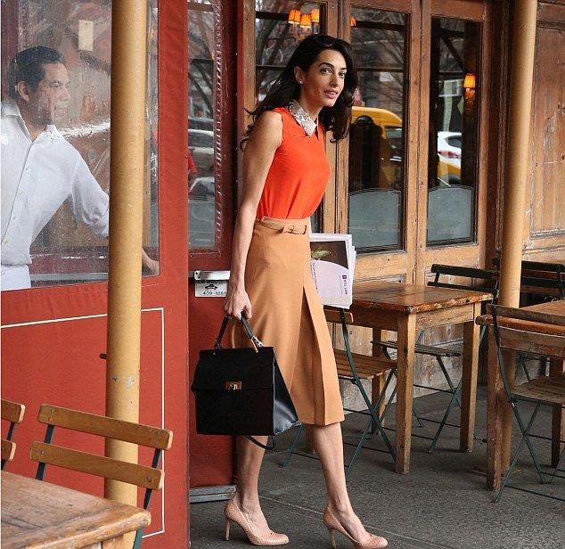 Учительский шик: Амаль Клуни продемонстрировала элегантный наряд