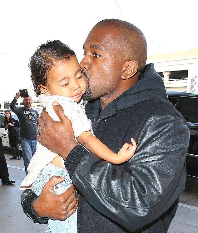 Куда делись кучери: Ким Кардашьян выравнивает волосы двухлетней дочери