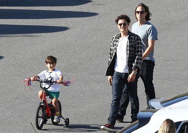 Заботливый папа: Орландо Блум на прогулке с сыном