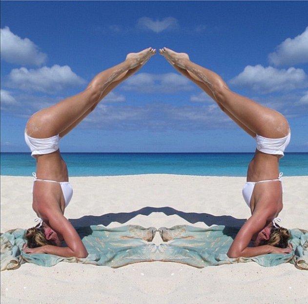 Пляжная йога: Кэндис Свейнпол похвасталась подтянутой фигурой