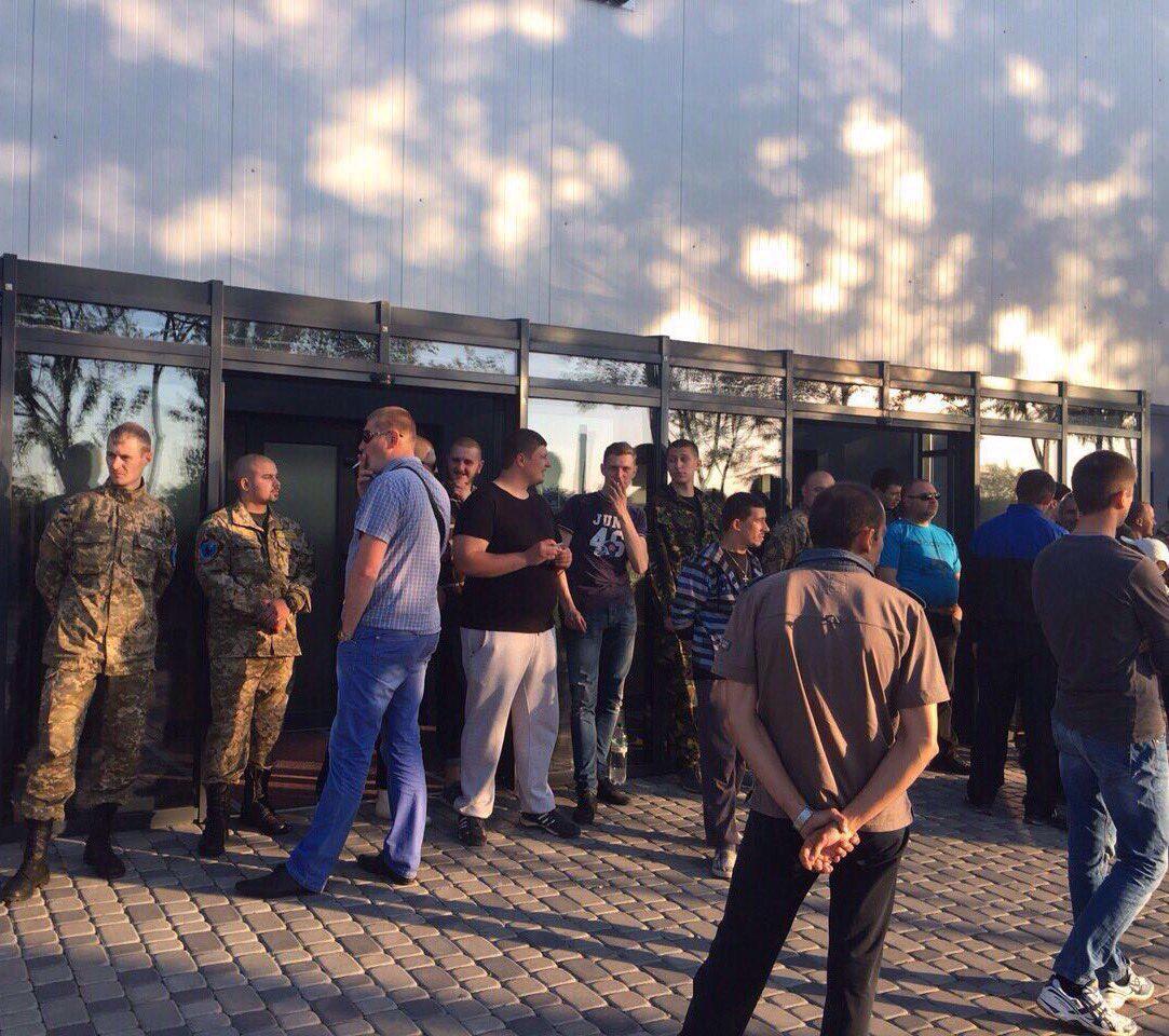 Вооруженные люди требуют Светлану Лободу отменить концерт в Ивано-Франковске
