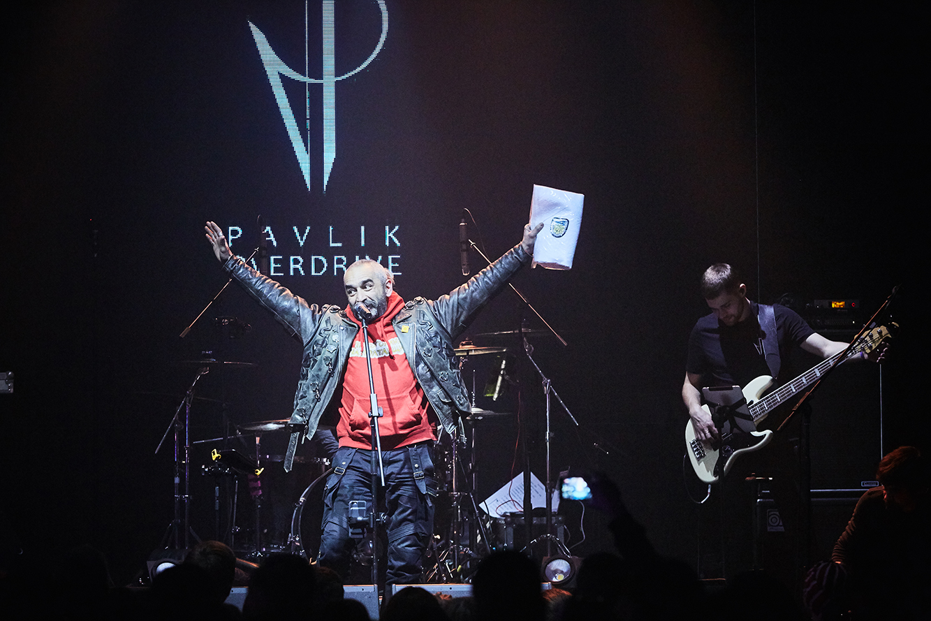 Виктор Павлик стал брутальным рокером