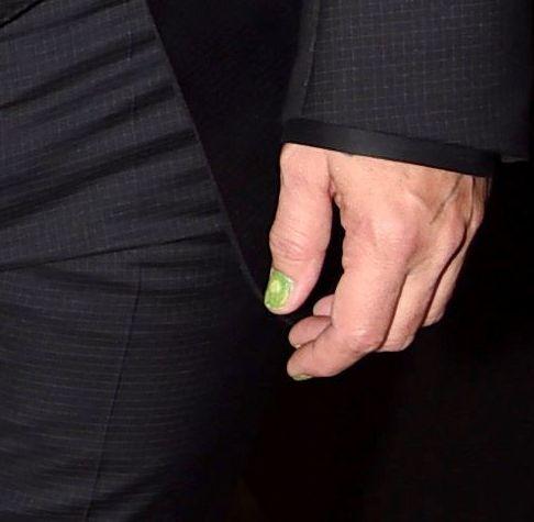 Джонни Депп вышел в свет с зеленым маникюром