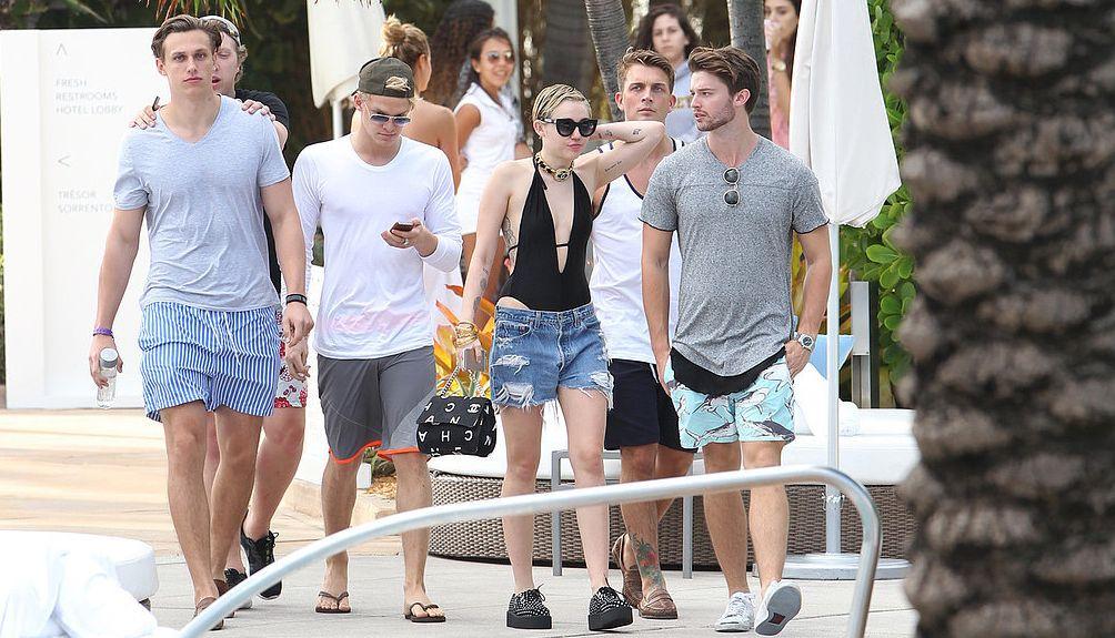 Майли Сайрус и Патрик Шварценеггер на пляжной вечеринке