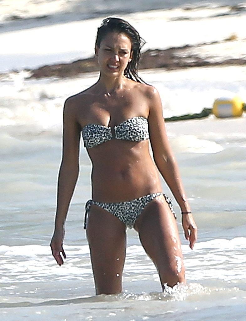 Джессика Альба похвасталась идеальной фигурой в бикини