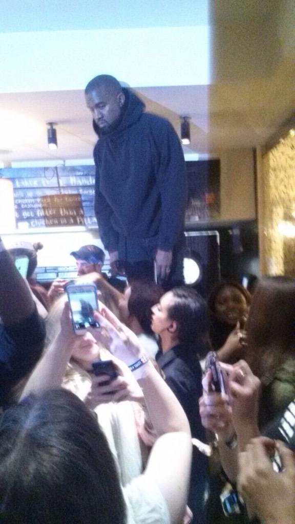 Лондонский шик: Канье Уэст залез на стол во время ужина в ресторане
