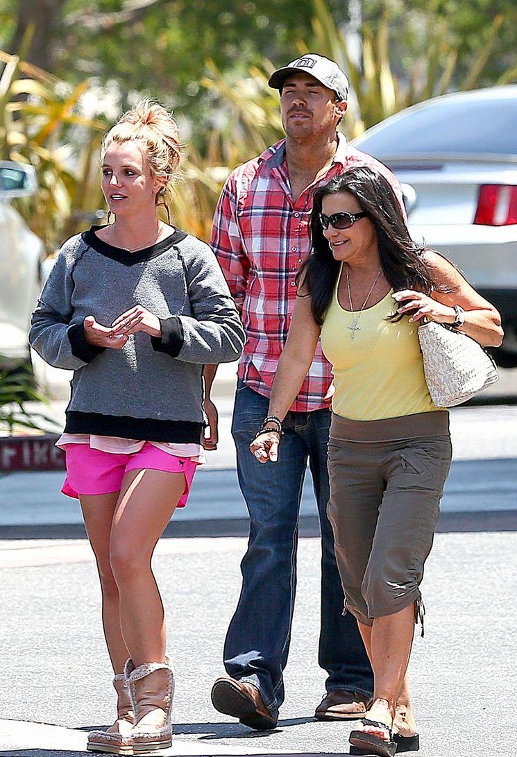 Бритни Спирс на прогулке с бойфрендом