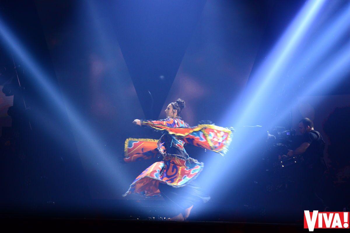 """Трогательно до слез: фото эмоционального выступления Джамалы на  """"Viva! Самые красивые-2017"""""""