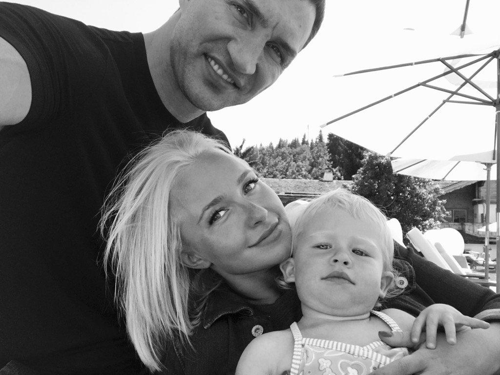 Невеста Владимира Кличко поделилась умилительным снимком их порошей дочери