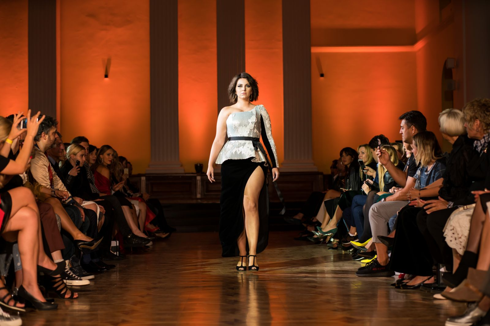 Андре Тан вывел на подиум девушек с фигурами plus-size