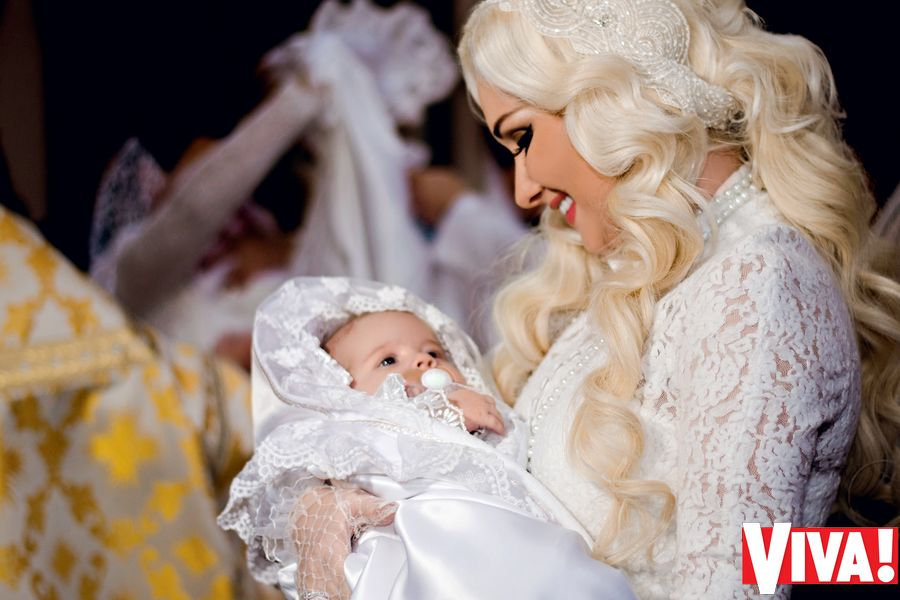 Катя Бужинская покрестила новорожденных двойняшек