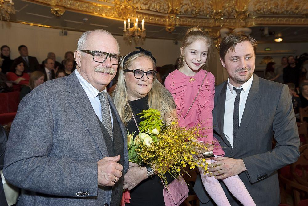 Никита Михалков с супругой и Артем Михалков с дочерью Наташей на праздновании 100-летия со дня рождения Сергея Михалкова