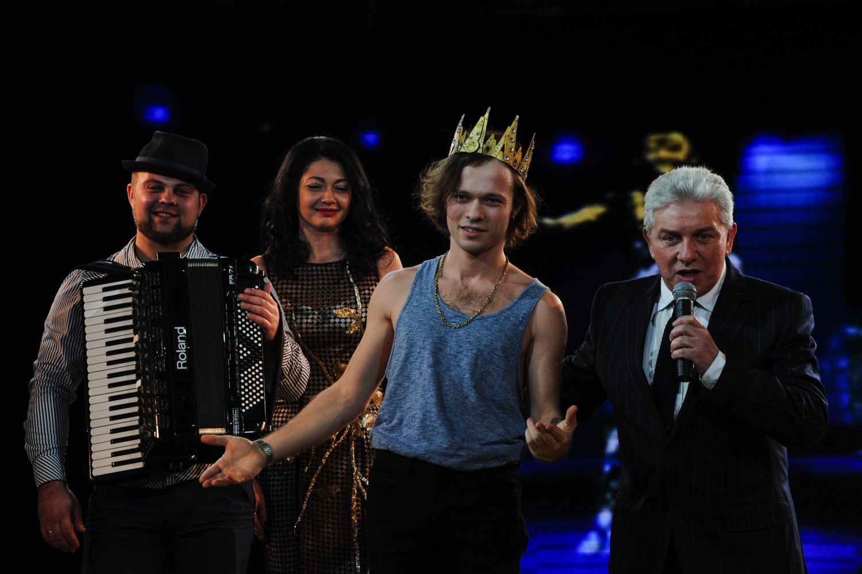 Звезда шоу Голос країни Феликс Шиндер надел золотую корону Карла IV