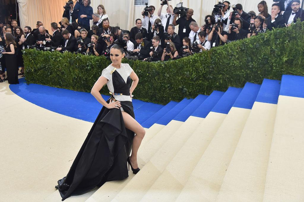 Оригинально: Селин Дион в вечернем платье Versace кушает хот-доги на улице Нью-Йорка