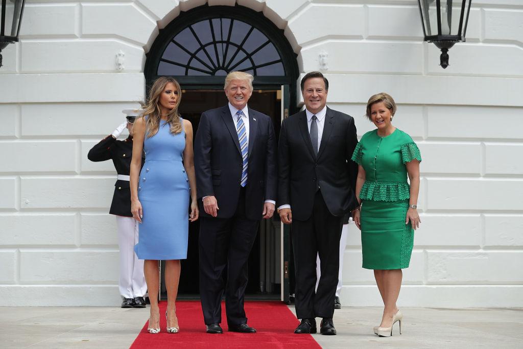 Образ дня: Мелания Трам в голубом облегающем платье Michael Kors
