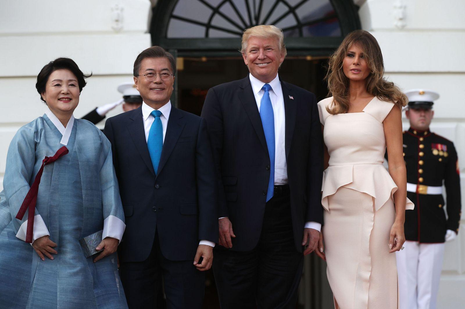 Нежная и естественная: Мелания Трамп в платье-футляре Rouland Mouret
