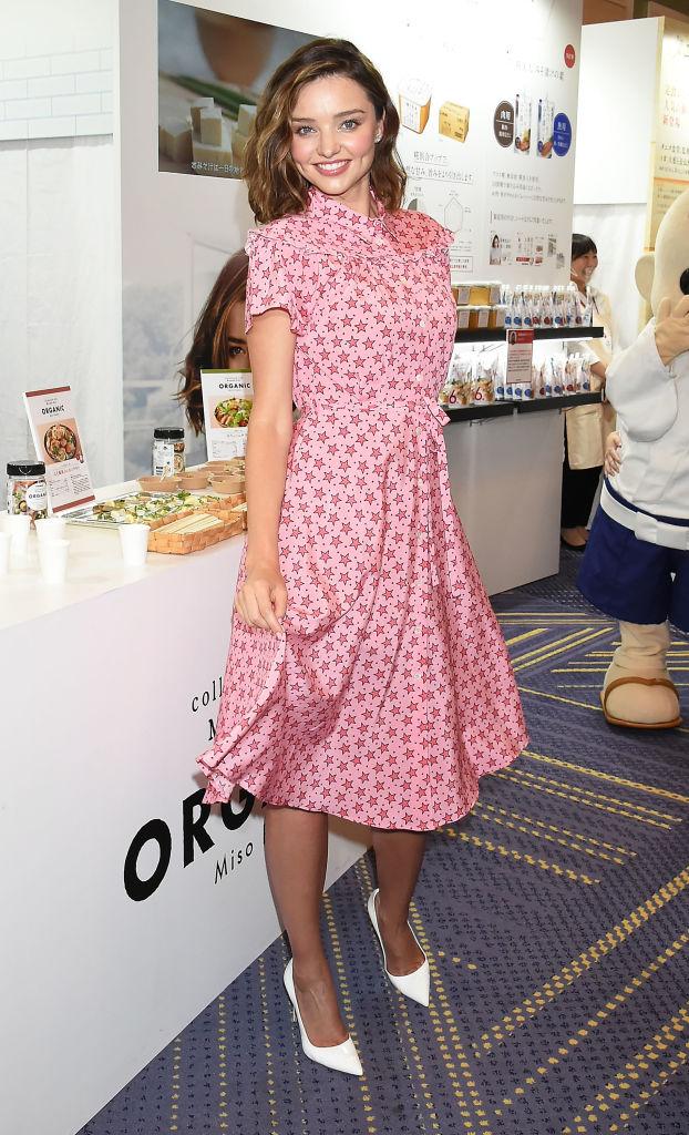 Словно куколка: Миранда Керр восхитила милейшим образом в розовом платьице