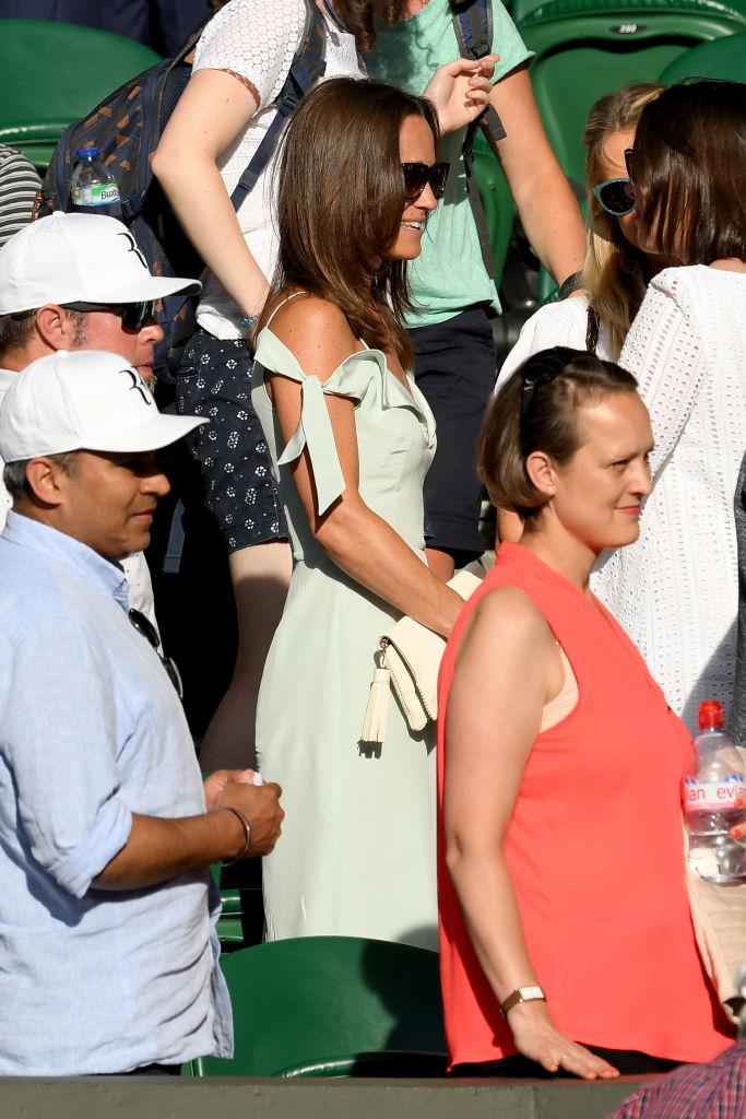 Пиппа Миддлтон появилась на публике в платье с соблазнительным декольте