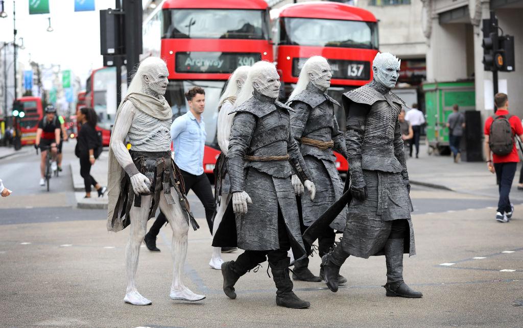 """Кого только не встретишь в Лондоне! Актеры """"Игры престолов"""" в сериальных образах прошлись по улицам города"""