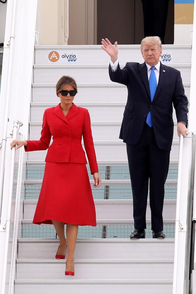 Настоящая француженка: Мелания Трамп покоряет Париж в красном костюме