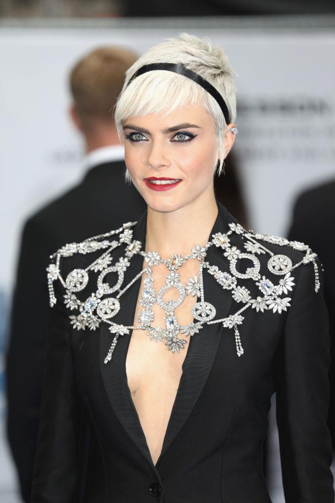 Кара Делевинь вышла в свет в костюме на голове тело с будоражащим декольте
