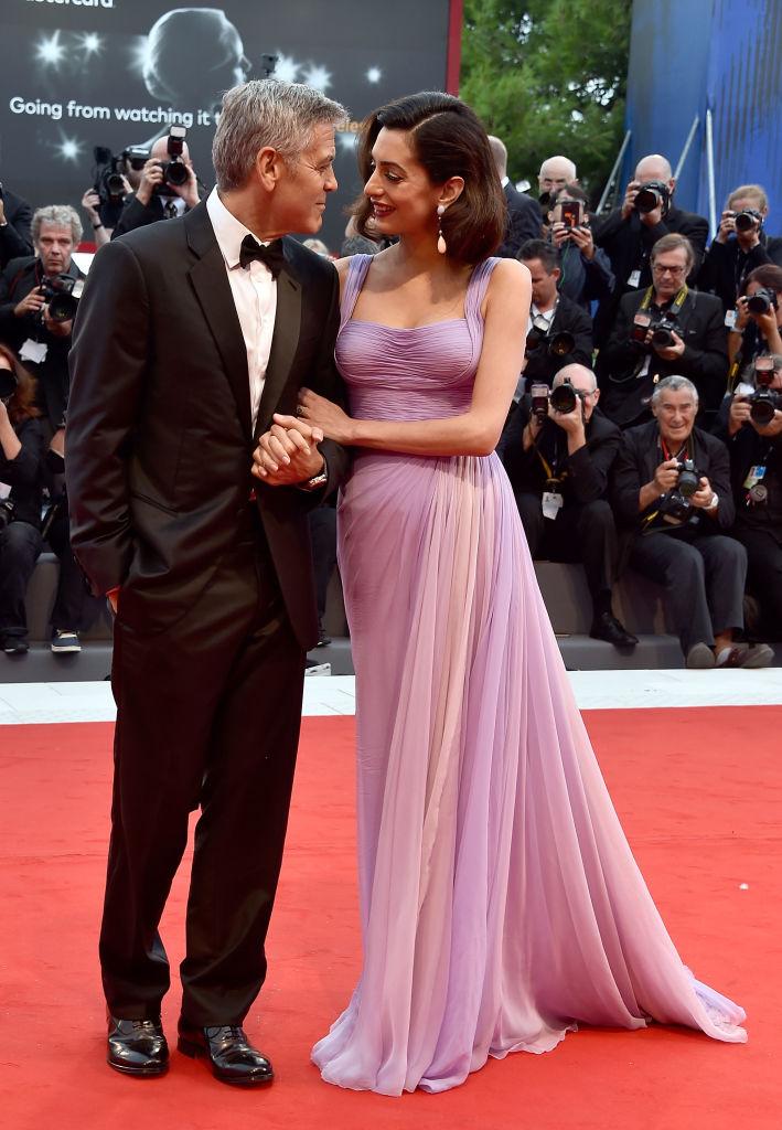 С шиком и изысканностью: новоиспеченные родители Джордж и Амаль Клуни блистают на красной дорожке