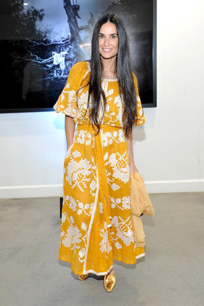 Деми Мур вышла в свет в роскошной желтой вышиванке