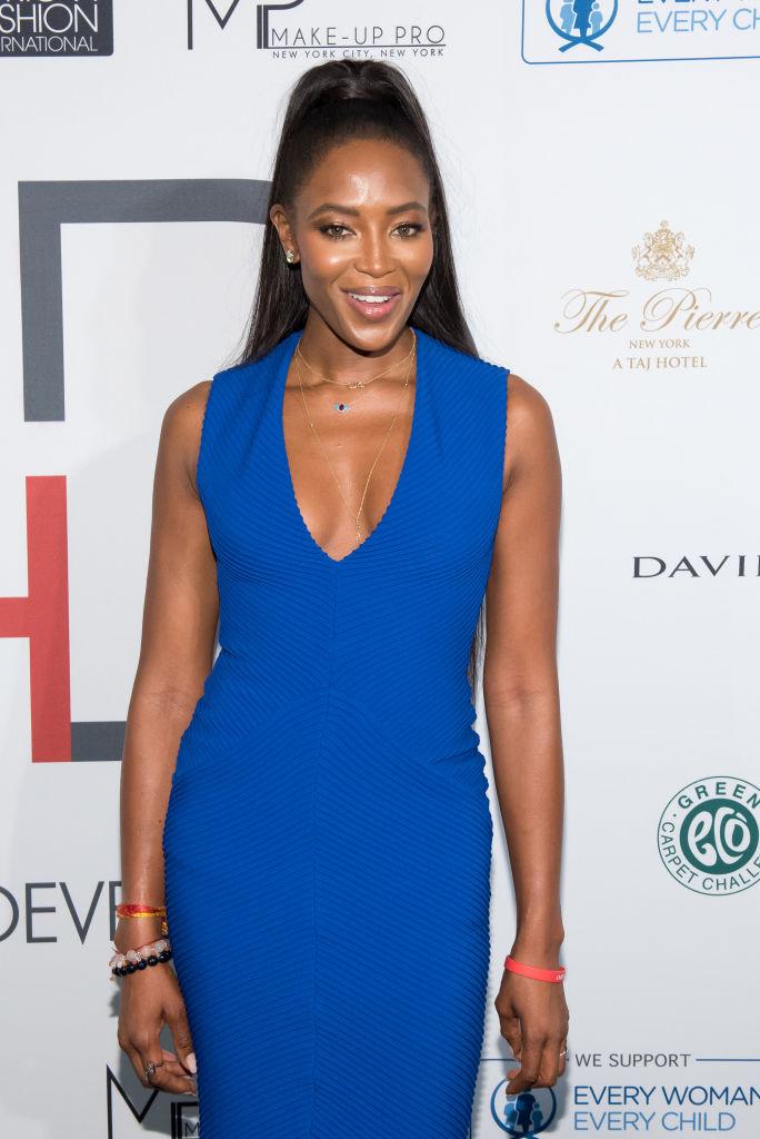Элегантный шик: Наоми Кэмпбелл блистает на публике в облегающем синем платье
