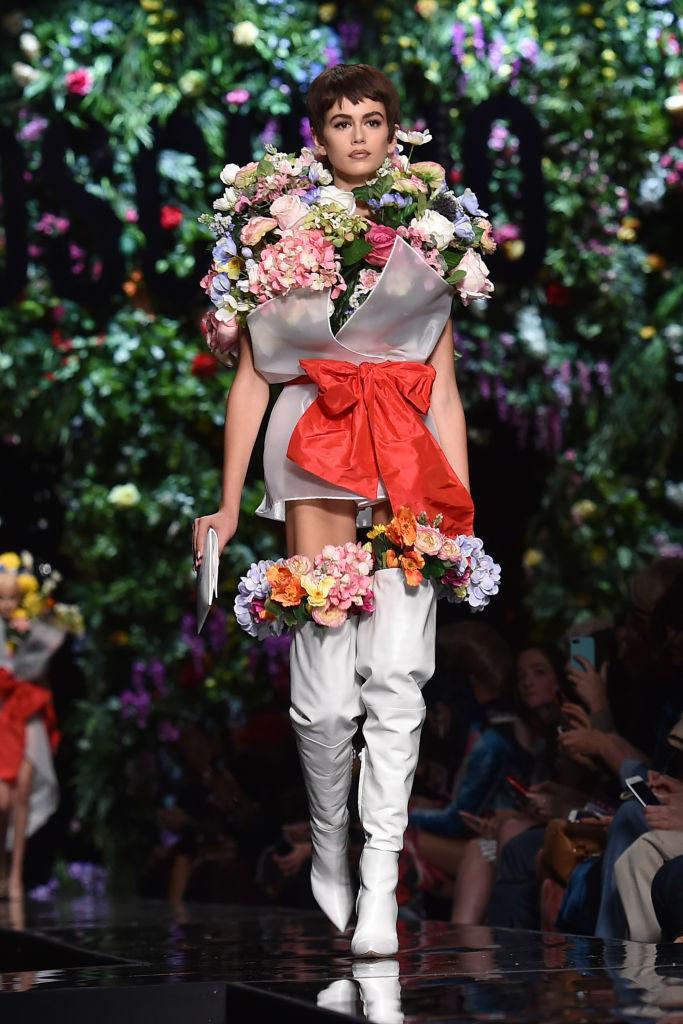 С короткой стрижкой и вся в цветах: Кайя Гербер удивила новым образом