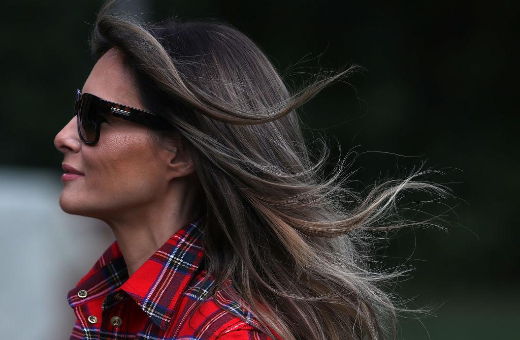 В кедах и рубашке в клетку: Мелания Трамп работает на огороде возле Белого дома